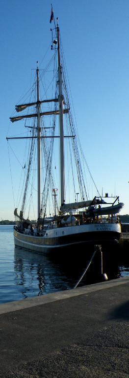 Segelschiff im Hafen von Laboe